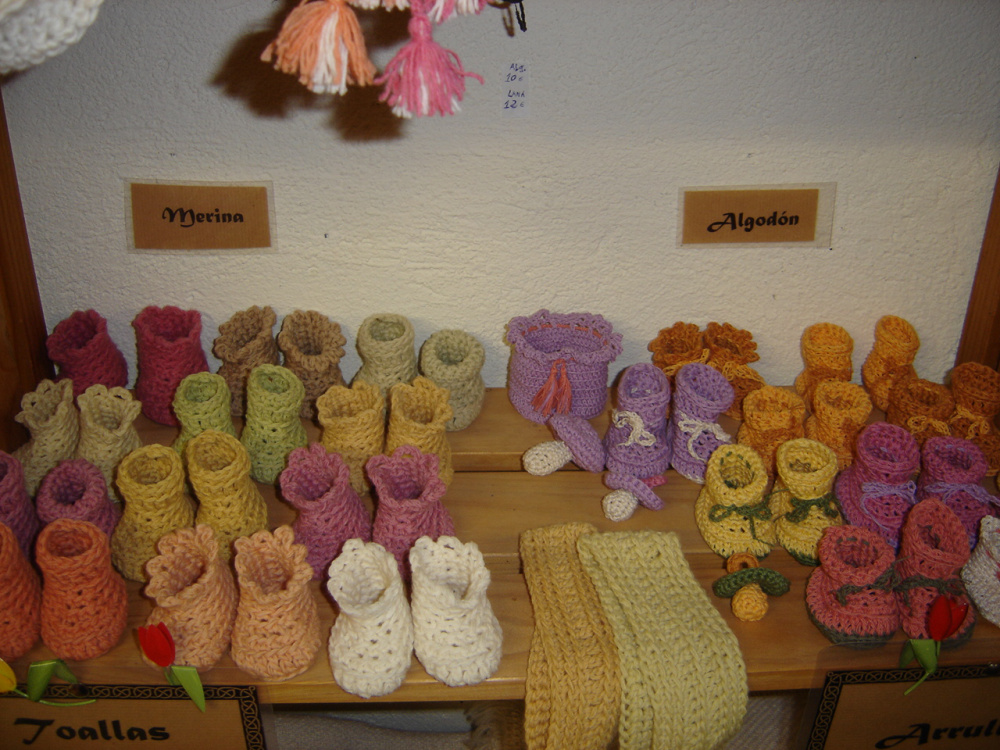 Patucos en lana merina teñida con plantas y otros en algodon.