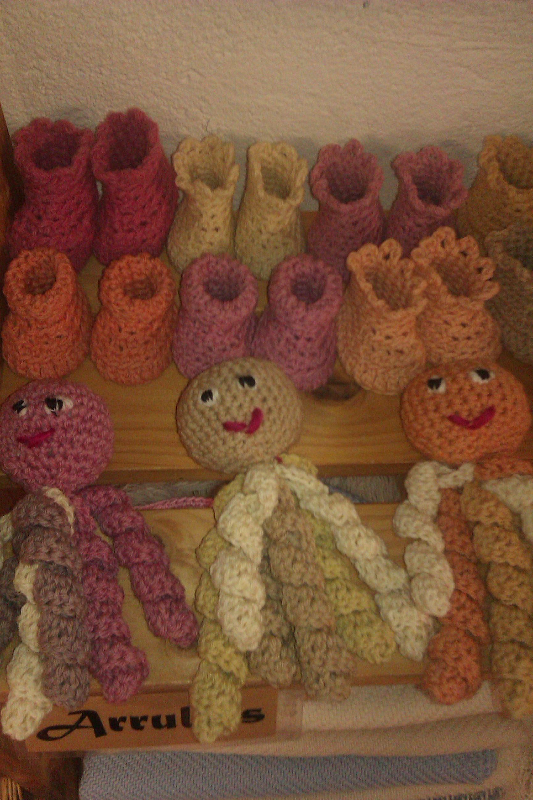 Mas patucos de lana y sonajeros-pulpo