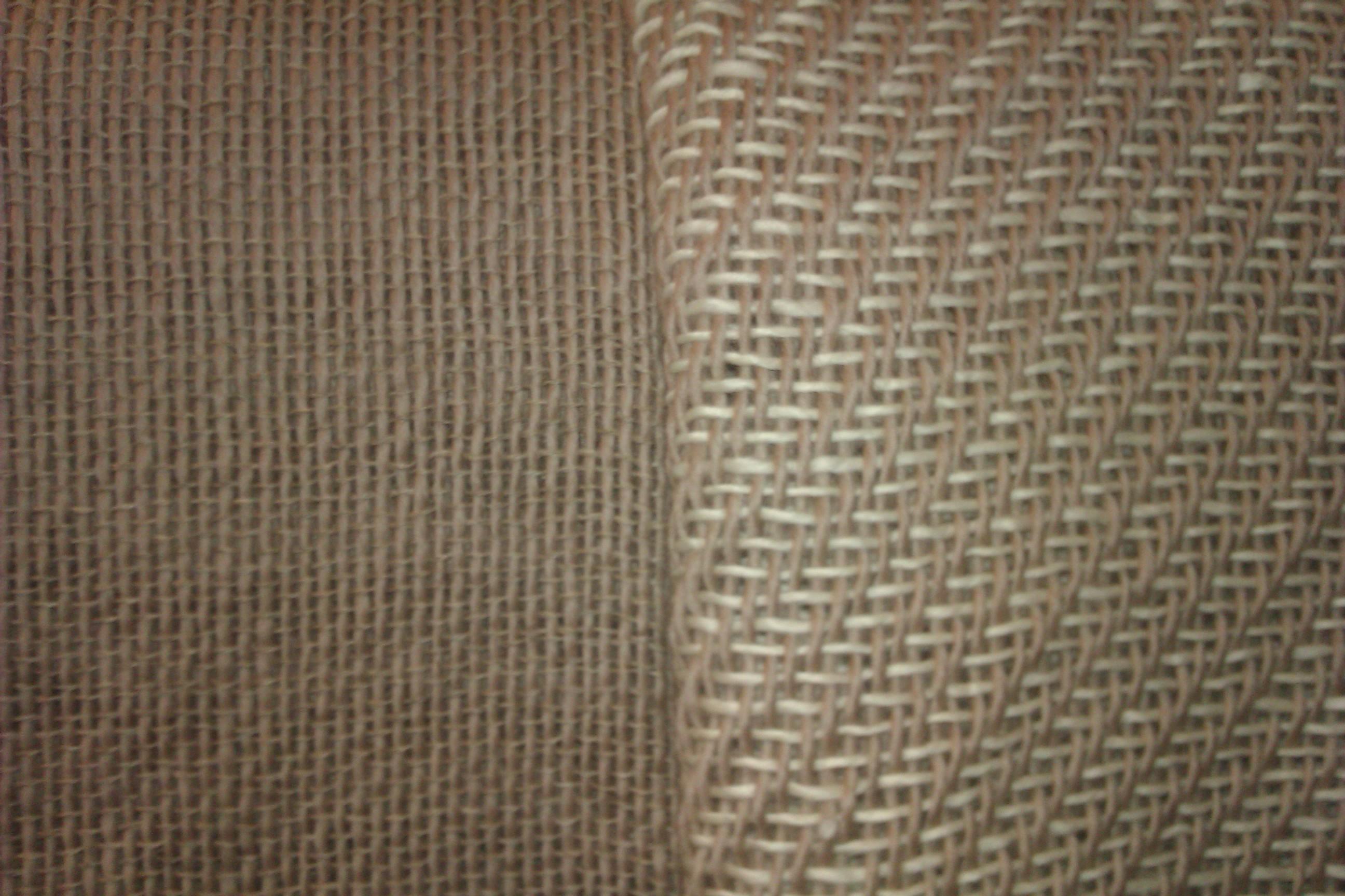 Detalle de los dos tejidos, uno en tafetan con Mohair y el otro con Merina cruda..