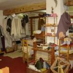 Zona de complementos, telar pequeño y chaquetas