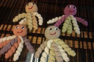 Pulpitos sonajero de lana merina teñida con plantas