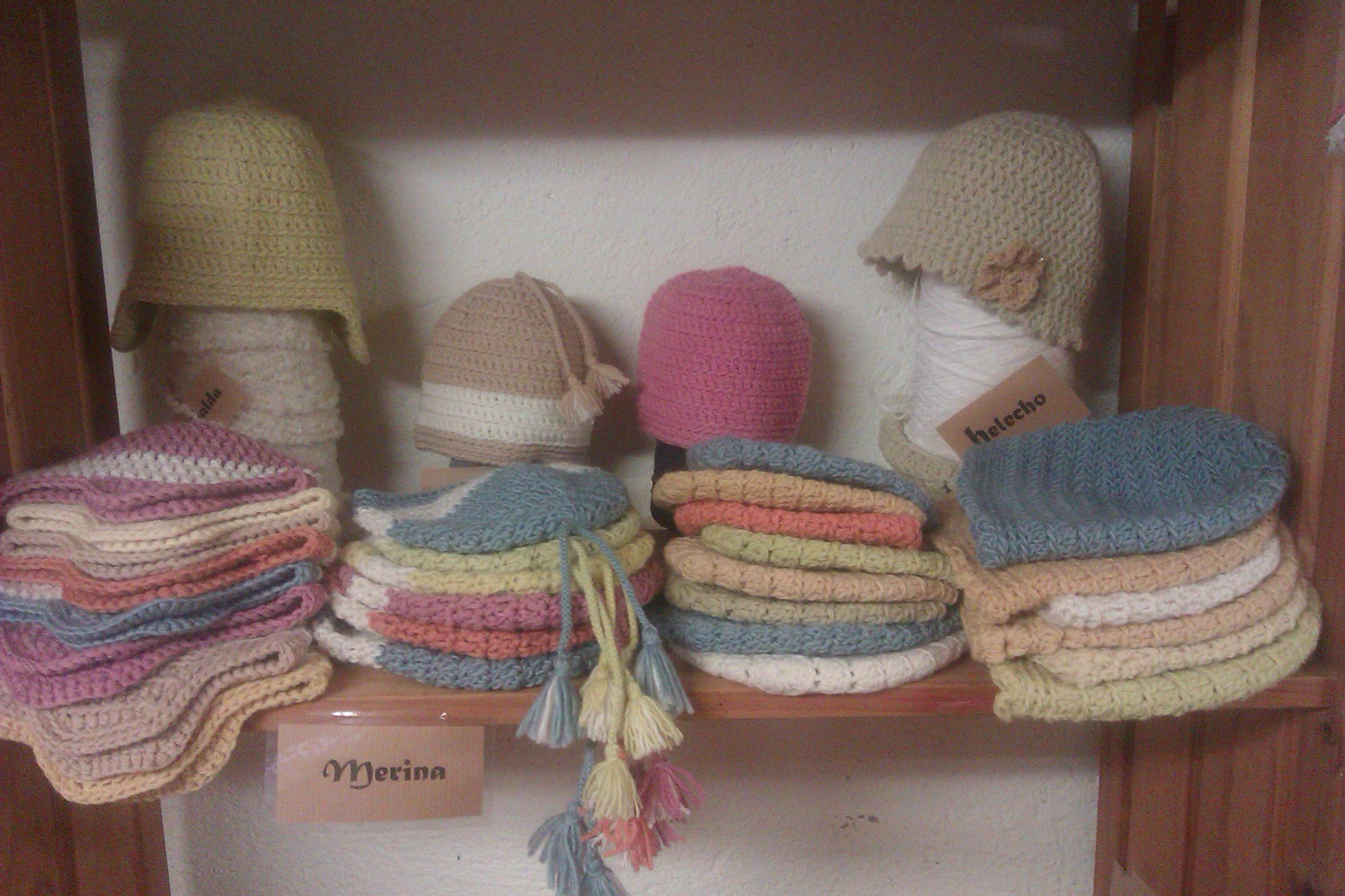 Gorros de distintos modelos, en lana merina teñida con plantas