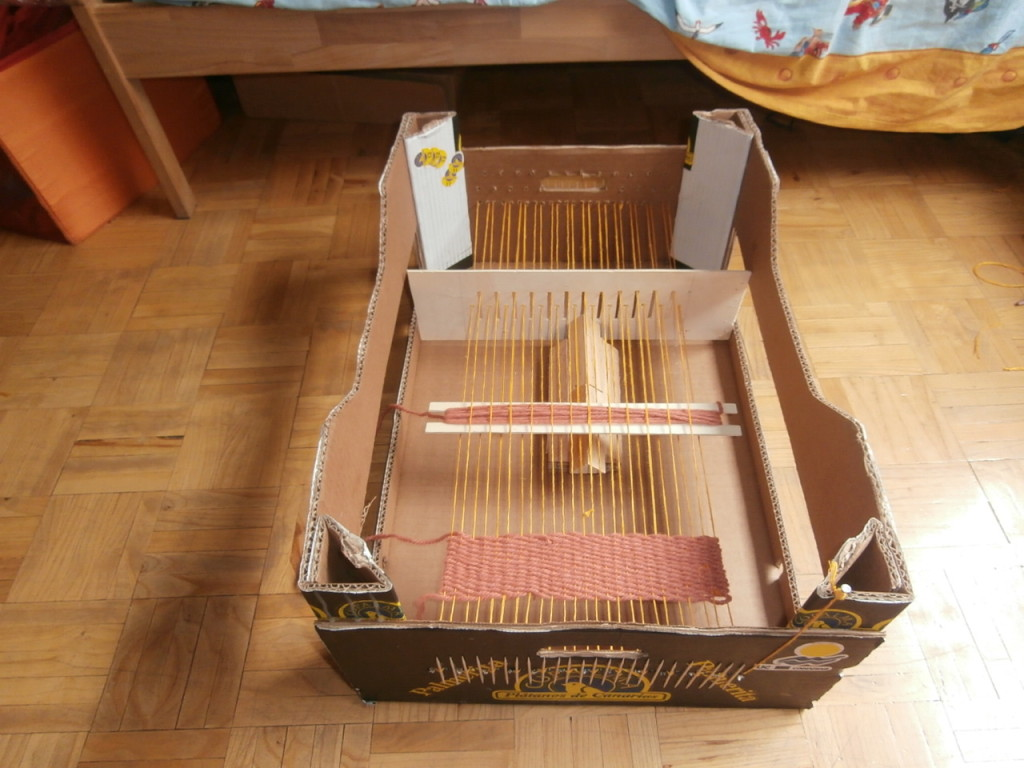 Telar de reciclaje (caja de frutas)